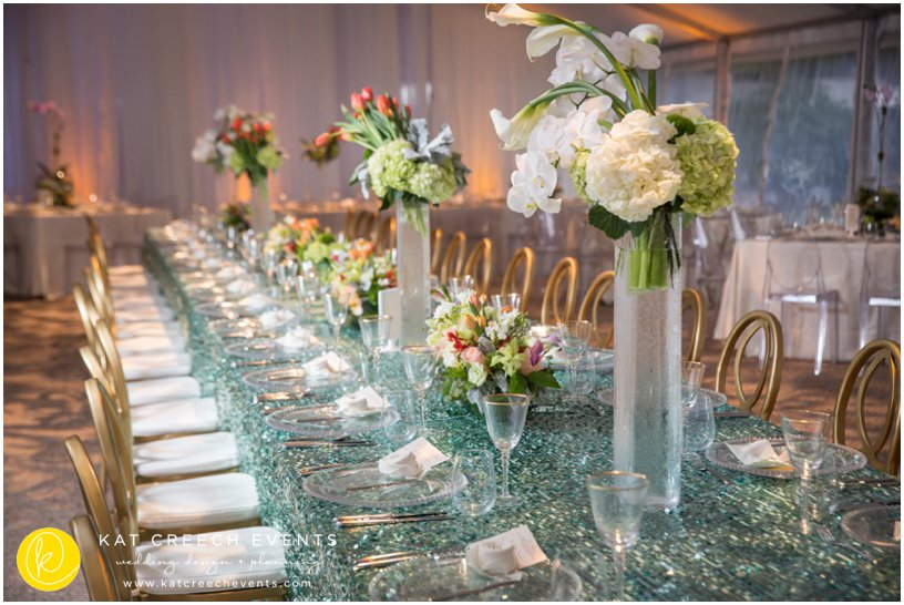head table | turquoise linen | glass chargers